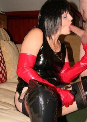 Порнозвезда в латексе устраивает настоящий мастер-класс, показывая качественный минет - фото 2