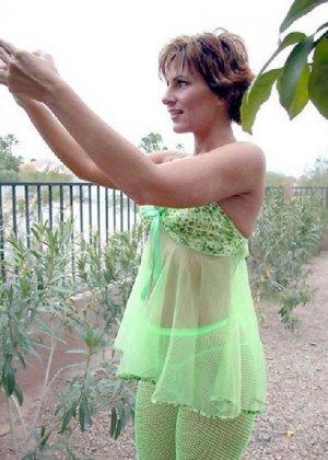 Зрелая кукла показывает свои достоинства когда поливает цветы в саду - фото 7