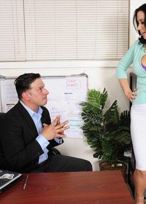 Девушка выполнила требование похотливого начальника, трахнувшись с ним на столе после рабочего дня - фото 4