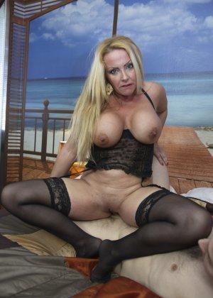 Блондинка с огромными сиськами оказалась профессиональной шлюшкой, которая отлично сосет и трахается во все щели - фото 13