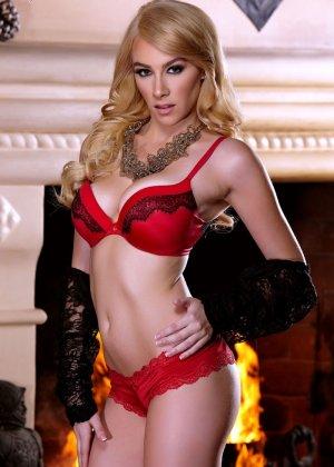 Пенелопа Линн снимает с себя красное белье и оказывается обнаженной перед камерами - фото 4