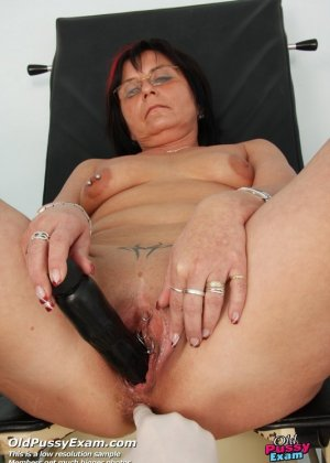 Зрелая получает удовольствие от тщательного осмотра у врача, тем более, что он лапает ее пизду - фото 11