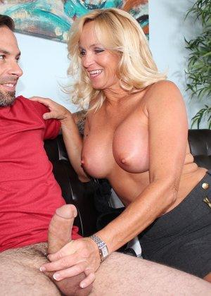 Опытная женщина знает, как довести мужчину до оргазма одними руками – она добивается своего - фото 9