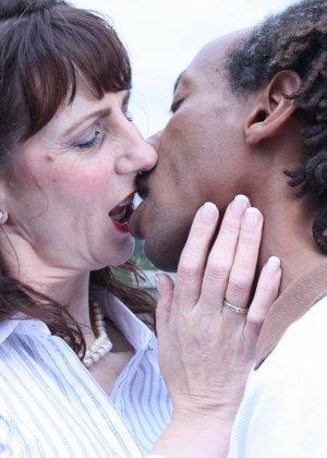 Зрелая темпераментная женщина соблазняет темнокожего мужчину и позволяет себя трогать - фото 4