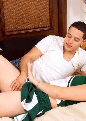 Кирра Лайн разрешает снять с себя кроссовки и носки, а затем подставляет ножки для поцелуев и пизду для секса - фото 3