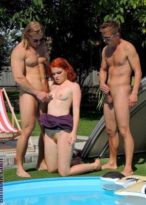 Около бассейна внезапно началась оргия, мужики ебут нескольких шлюшек и двоих бисексуалов во все дыры - фото 12