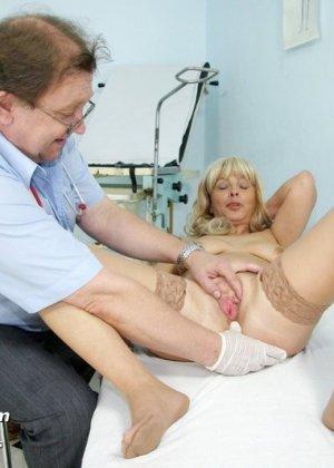 Женщина оказывается на приеме у гинеколога и раздвигает ноги для очень тщательного осмотра - фото 7