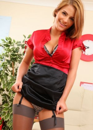 Джессика Кингхам – сексуальная секретарша, которая показывает свою красивую фигурку под одеждой - фото 11