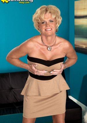 Зрелая белокурая проститутка занимается еблей в два ствола сразу - фото 2