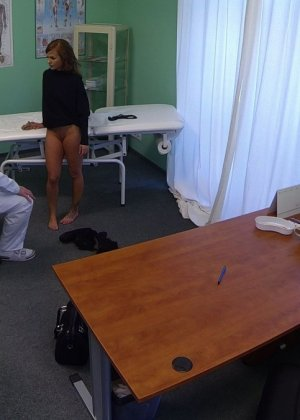 Озабоченный молодой доктор ебет своих пациенток не снимая с них трусиков - фото 20