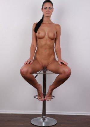 Брюнетка с потрясающими сиськами и бритой киской пришла на порно кастинг - фото 14