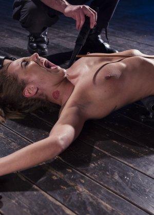 Роксанна проходит через множество испытаний, которые ей устраивает развратный мужчина - фото 21
