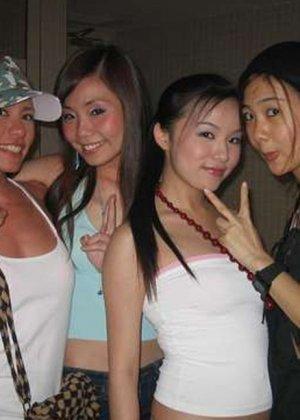 Горячие цыпочки соблазняют зрителей своими сексуальными групповыми фото - фото 7