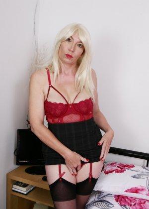 Хотя женщина уже немолода, но все же хочет почувствовать себя желанной и участвует в фотосессии - фото 8