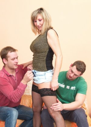 Два молодых парня стараются угодить зрелой женщине, ублажая ее с помощью нежных ласк - фото 12