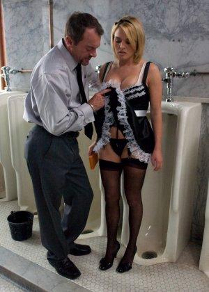 Горничная не только убирается в хате, но и лижет пизду хозяйке и сосет пенис ее мужа - фото 1