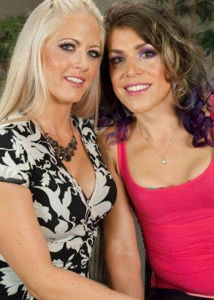 Две девушки уединяются для лесбийских ласк - фото 1
