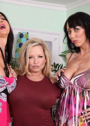 Три аппетитные самки оголят свои гладковыбритые пезды, аппетитные лесбиянки покажут свои задницы - фото 2