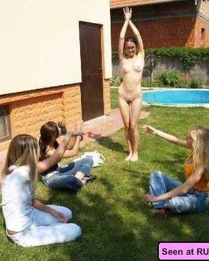 Девки получают удовольствие, когда на их голые пезды и сиськи смотрят толпами мужики - фото 3