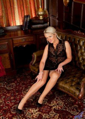 Опытная блондинка знает, как правильно встать, чтобы показать всю свою сексуальность с выгодных ракурсов - фото 1