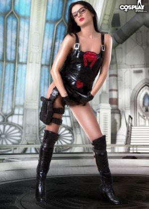 Латекс – это очень сексуальный наряд, особенно когда у телки симпатичная пропорциональная фигура - фото 12