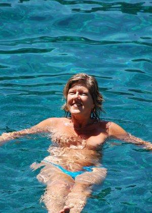 Отдых на море в эротических фото зрелой дамы на крутой фотик - фото 27