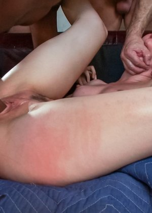 Агрессивная ебля телки с кучей мужиков с толстыми длинными членами - фото 16