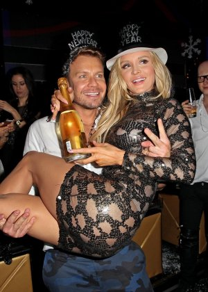 Блондинка Джоана Крупа обнимается со своим новым богатеньким мужиком - фото 12