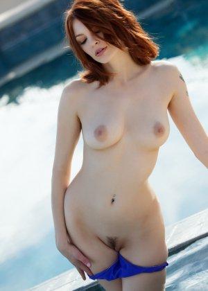 Сочная рыжеволосая деваха Bree Daniels показала киску и потрогала ее пальчиками - фото 6