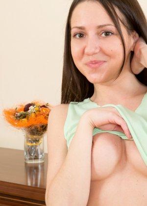 Сексуальная брюнетка показывает свою классную фигурку, принимая самые соблазнительные позы - фото 4