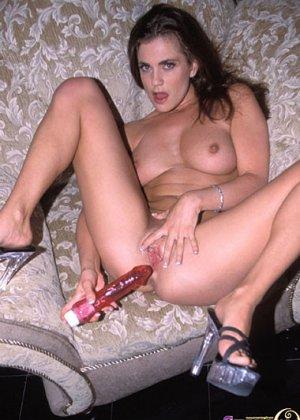 Красавица с аппетитным задом снимает трусики и вставляет в вагину мощный вибратор, который недавно прибрела в секс-шопе - фото 1