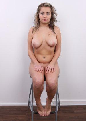 Телка с большими дойками роставила ножки на порно пробах - фото 15