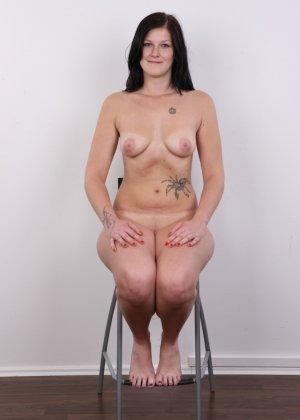 Женщина с не очень большой жопой вывалила свои стремные дойки - фото 15