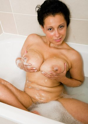Роскошная латинская зрелая женщина моется в ванной и демонстрирует свои огромные сиськи и раскрытую пизду - фото 4