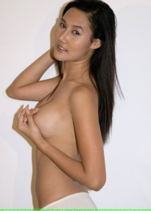 Азиатская девушка медленно снимает с себя все нижнее белье - фото 4