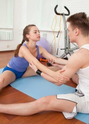 Рита расставляет свои стройные ножки перед возбужденным парнем и разрешает себя трахать - фото 4