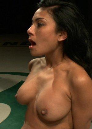 БДСМ с элементами жестокого порева заканчивается самым ярким оргазмом в жизни брюнетки - фото 12