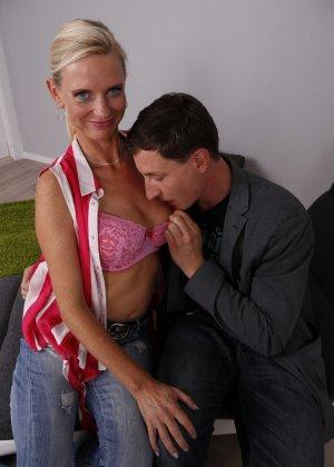 Опытный муж разминает висящие сиськи своей зрелой блондинистой жены - фото 10