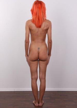 Зрелая рыжеволосая женщина не стесняется показывать свое тело и полностью раздевается перед камерой - фото 12