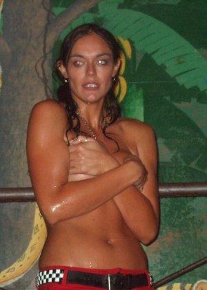 Обнаженные девушки в клубах и на тусовках в пьяном состоянии показывают сиськи - фото 3