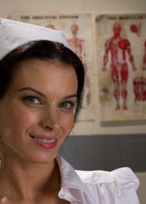 Ласковая и заботливая медсестра устроила сеанс сексотерапии прямо на кушетке в своем кабинете - фото 3