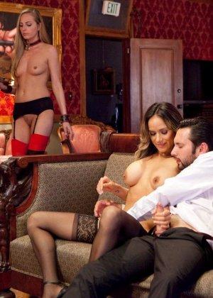 Надия Стайлз и Рокси Рокс позволяют своему хозяину все, ведь в гневе он еще более грубый и нетерпеливый - фото 12