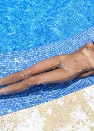 Красивая, жопастая латина позирует в бассейне и, возбудившись, пытается довести свою пизду до огразма - фото 12