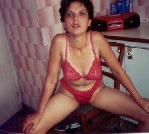 Зрелая мадам в колготках позирует перед камерой на кухне - фото 3