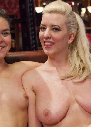 Две девушки оказываются в подчинении у одного мужчины и старательно выполняют его прихоти - фото 20