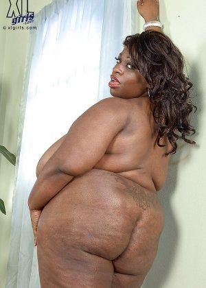 Очень большие сиськи всегда привлекают внимание, эта пышная негритянка потрясет своими дойками - фото 9