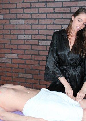 Миа умело работает своими руками, парень кончает от эротического массажа и записывается на повторный сеанс - фото 3