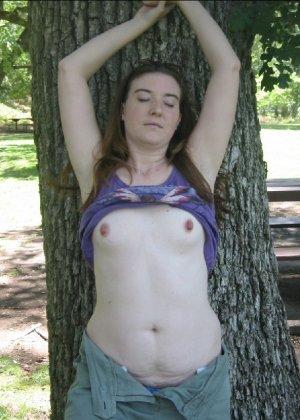 Зрелаятелка с рыжей пиздой сосет хуй и показывает свою грудь клиенту - фото 28