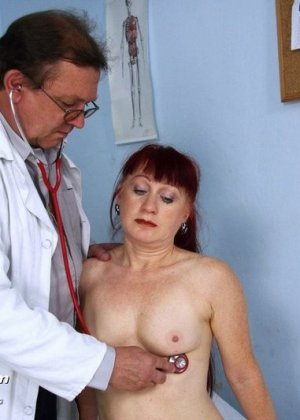 Женщина в возрасте встает в разные позы, чтобы дать развратному врачу рассмотреть себя везде - фото 8