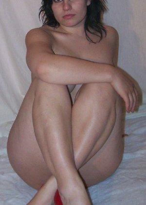Беременная девушка в голом виде позирует перед камерой ради денег - фото 3